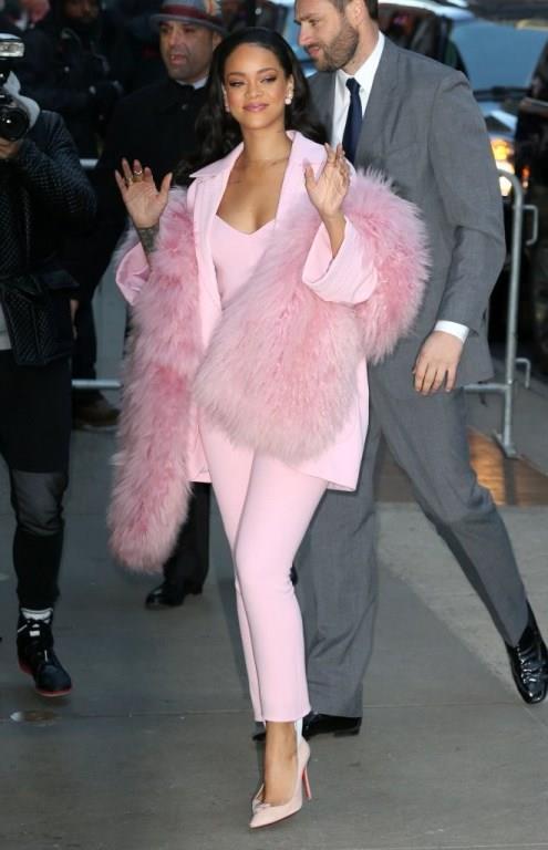 HANGİ ÜNLÜ NASIL KULLANIYOR?  Moda dünyasının en çok konuşulan trendlerinden biri ton sür ton olunca gözümüzü ünlülere çevirdik.