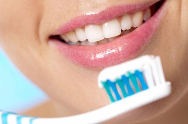 Diş sağlığınız için günde en az iki kere dişlerinizi fırçalamanız gerektiğini elbette biliyorsunuzdur. Ancak diş fırçasını amacı dışında kullanmayı hiç düşündünüz mü?