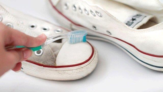 Ayakkabılarınızı temizleyin   Ayakkabılarınızın altında ve kenarlarındaki kirleri temizleyebilirsiniz.