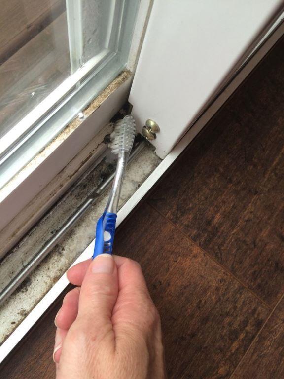 Cam kenarlarında oluşan kirler  Pencerelerinizin cam kenarlarında biriken kir canınızı sıkabilir. Bunun içinde diş fırçasından faydalanabilirsiniz.