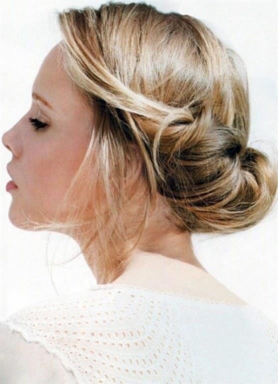 Dağınık Topuz Modeli   İnce telli, cansız ve sönük duran saçınızı saç köpüğü yardımıyla kökten uca hacimlendirip hafif maşa ile dalgalar yapın ve saçınızı tepeden dağınık topuz yapın.