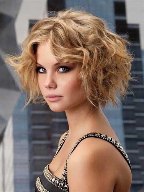 Krapeli Kabarık Saç Modeli   Az ve ince telli saç tiplerini yola getiren ve gür gösteren en güzel teknik krepe tekniğidir. Saç diplerinizden aşağı doğru ince bir tarak yardımı ile krepe yapın.