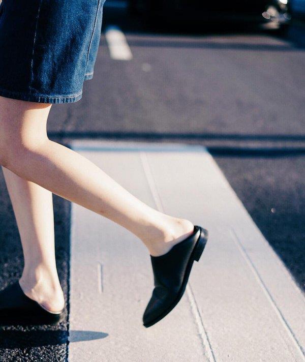"""'Kabadayı ayakkabısı' olarak tabir edilen 'Topuğuna basılmış ayakkabı"""" modeli, kadın modasında 'Modern Babo' adıyla yeni bir terlik trendi olarak öne çıktı."""