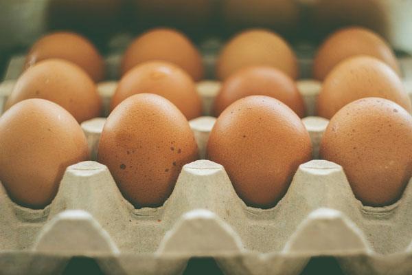 """Yalnızca bir tane yumurtanın kabuğunda iki gram kalsiyum bulunuyor.  <a href= http://mahmure.hurriyet.com.tr/foto/saglik/gunde-yarim-cay-bardagi-kabak-cekirdegi-yerseniz_41986     style=""""color:red; font:bold 11pt arial; text-decoration:none;""""  target=""""_blank""""> Günde Yarım Çay Bardağı Kabak Çekirdeği Yerseniz!"""