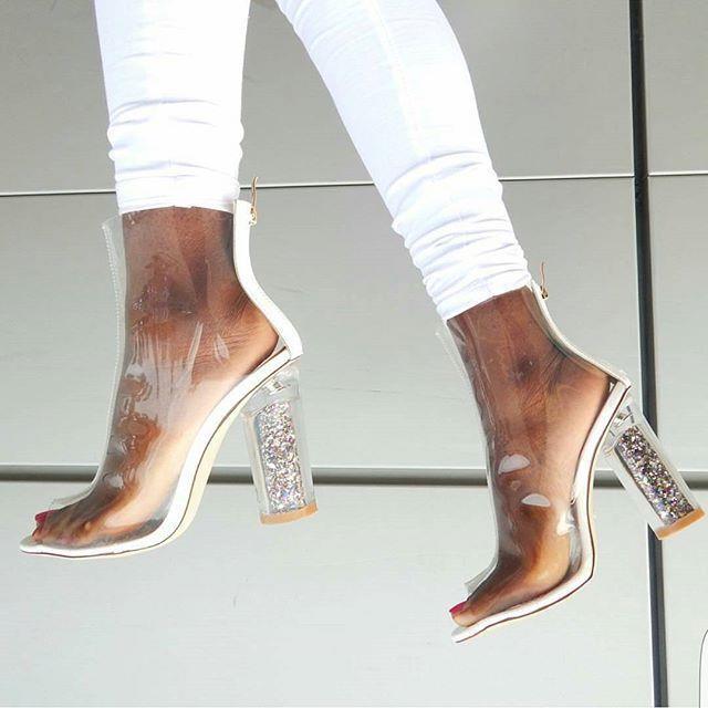 Bu sezon tasarımcılar şeffaf tasarımların izinde. Sindirella'nın camdan ayakkabıları 2017 İlkbahar - Yaz sezonu ayakkabı trendlerine ilham vermeyi başardı.  Şeffaf topuklu ayakkabılar sanıldığı gibi yalnızca gece stillerine eşlik etmiyor. Siz de şeffaf topuklu ayakkabılarınızı gündüz stilinizde kombinleyerek çarpıcı bir stil elde edebilirsiniz.    İşte birbirinden değişik şeffaf topuklu ayakkabı modelleri...