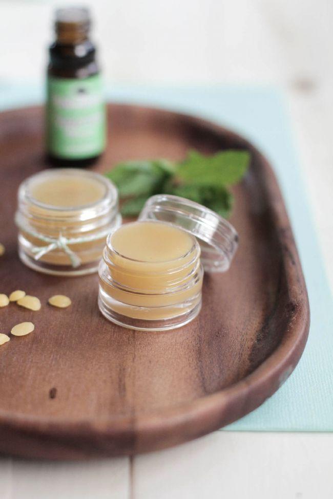 Gün geçtikçe kozmetikte doğal ürünlere yönelim artıyor. Biz de sizin için evdeki malzemelerle rahatlıkla hazırlayabileceğiniz 4 dudak koruyucu tarifini derledik...  Gerekli Malzemeler  Balmumu,  Hindistan cevizi yağı,  Badem yağı,  E vitamini yağı,  Bal,  Renklendirmek için eriyen şekerler veya eski bir ruj ya da gıda boyası, Kremleri koymak için hazır cam mini kavanozlar  Sıvı ölçüm kapları,  Rende,  Fırın eldiveni ya da kalın havlular ve tahta kaşık,  Bitter çikolata, kakao yağı, vanilya, karamel.