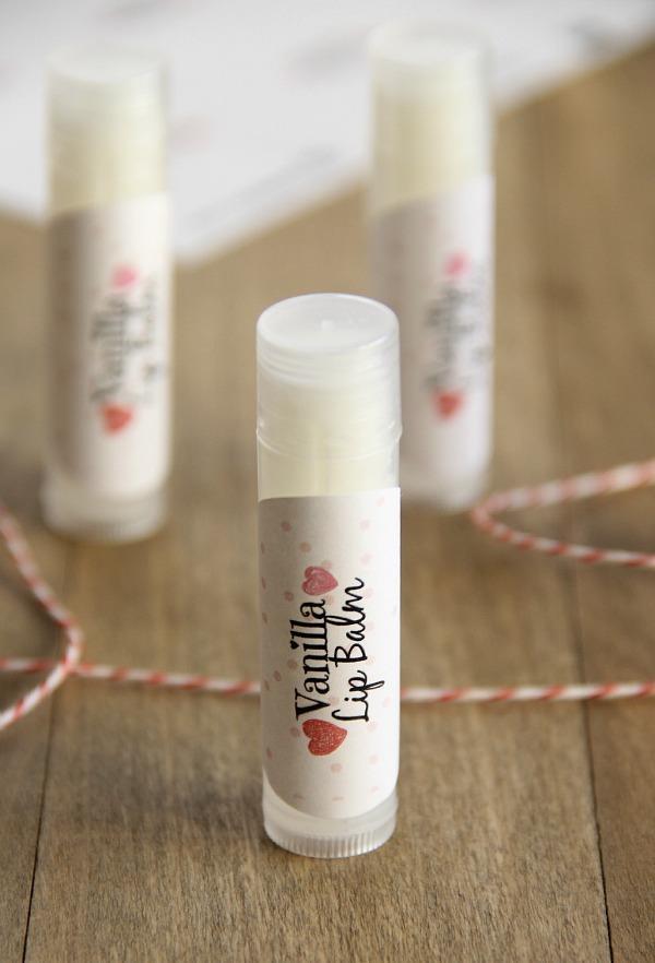 Vanilya Dudak Koruyucu Krem: Bu dudak koruyucusunu yapmak için 2 yemek kaşığı kadar balmumu, 1 yemek kaşığı kadar Hindistan cevizi yağı, çeyrek çay kaşığı vitamin E yağı, çeyrek çay kaşığı kadar vanilya ekstresi ve çeyrek çay kaşığı kadar bala ihtiyacınız var.  Renklendirme yapmak için sevdiğiniz eriyen bir şekeri kullanabilirsiniz. Eğer bu yoksa beyaz ya da krem renginde gıda boyası da olur.  E vitamini yağı, Hindistan cevizi yağı ve balmumunu eritme tenceresine ekleyin. Daha sonra yavaş yavaş ısıtarak hepsini birbirine karıştırın.