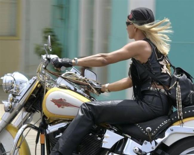 Motorsiklet kullanmak bize riskli gelebilir ama hayatta nelerin riski yok değil mi? Bir motorsiklet ehliyeti alarak sahilde bir motor turu yapmak eminiz vazgeçemeyeceğiniz bir tutkunuz olacak.