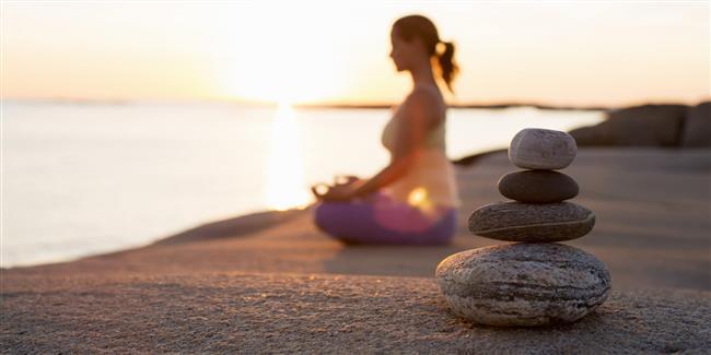 Araştırdığımızda binlerce meditasyon tekniği, nefesli, nefessiz, ışıklı meditasyonlar, renklerle meditasyonlar ve daha bir sürü çeşit çeşit teknikler… Tam bir karmaşa hakim. Haliyle insanın kafası karışabiliyor. Peki meditasyon, gerçekte nedir ve nereden başlanır? Ne mânâya gelir ve amacı nedir?  Ben burada meditasyonun özünden bahsedeceğim. Tüm kültürlerde meditasyon özü aynıdır ve bunu sürekli uygulamadan, imgelemelerde başarılı olunamayacağı bilinir. Meditasyon diye tüm bildiklerinizi bir kenara koyarak incelemenizde fayda var çünkü meditasyonun temeli tektir. Her ruhsal öğretide, tasavvuf, taoizm, zen (zazen) , paganizm, Budizm, bu teknikler değişmez, ortaktır.