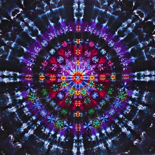 """4 – Mandala ile Meditasyon  meditasyonMandalalar, evrenin sırlarının kutsal geometri ile şekle büründürülmüş halidir. Aynı zamanda Budist yöntemlerde meditasyon aracı ve zihni serbest bırakmak için kullanılırlar. Haliyle iki yönlü çalışırlar. Genellikle meditasyon mandalaya odaklanılarak yapılsa da, bazen mandalayı çizmek veya çizilmiş mandalayı boyamakta mandala ile yapılan meditasyon teknikleri arasında yer alır. (Çizmek ve Boyamak daha çok aktif meditasyondur)  Burada yapacağınız işlem nesneye odaklanmak ile aynı.  1 – Öncelikle kullanacağınız mandalada karar kılın, örneğin bu yaşam çiçeği olabilir veya yin – yang olabilir. Mandalanız basit olursa daha iyi olur. Tibet Mandalaları başlangıç için çok fazla karmaşık olabilmektedirler.  2 – Bu mandalanın çıktısını alın ve karşınızda duvara yapıştırın veya odaklanabileceğiniz bir noktaya yerleştirin.  3 – Derin nefes alın verin, gevşeyin ve yavaşça mandalaya bakın. Bakmak için kasmayın, gözünüzü sıkarak değil rahat bir şekilde, doğal bir şekilde mandalaya bakın.  4 – Mandalayı inceleyin.  Önce tamamını sonra her detayını, her köşesini inceleyin ve mandalaya dalın… Önemli bir nokta şudur; mandala üzerine """"düşünmeyin"""" , düşünce ve yargı olmasın, sadece inceleyin. Sadece gözlemci olun.  5 – Gittikçe daha da dalın, içinde eriyin ve o anda mandalanın ötesine geçecek ve zihniniz arınık hale gelecek. İşte o an yine meditasyona girdiğiniz andır."""
