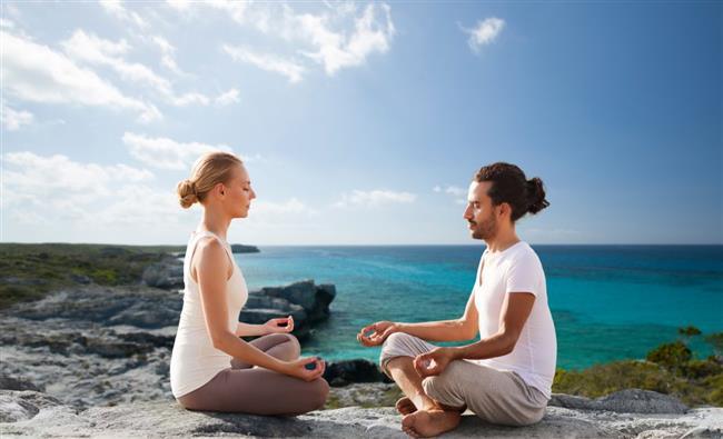 """Öncelikle meditasyonda zihin boşaltılır ve zihni boşaltmayı öğrenmek gerekir. Siz zihni boşalttığında derin bir huzura ve farkındalığa ulaşırsınız. İşte tam bu anda, tam bu derin öze temas ettiğiniz anda, ruhunuzdan bilincinize bir akış, bir aydınlanma, bir farkındalık akar ve hayata dair bir farkındalık – uyanış ve berrak bir görüş kazanırsınız.  Buradaki tefekkür yani derin düşünme """"felsefi bir sorgulama"""" değildir. Burada zihin arındırılır. Tabiri caizse, camı zihin olarak kabul edersek, kirli camı temizler ve berrak camın ötesindeki hakikati izlersiniz. Cam kirliyken yani binlerce düşünce beynimizde iken hakikati seyir eyleyemeyiz, ne zaman ki cam temizlenir, o zaman camın ötesindekini seyredebiliriz. İşte bu zihnin ötesindeki hakikate temas etme işlemidir ki bu noktada siz """"müdahale eden"""" veya """"yargılayan"""" değil sadece ama sadece """"gözlemci"""" yani ruhsal öz olursunuz.  İnanın, pratiği felsefesinden çok daha kolay… Meditasyon ile ilgili binlerce kitap okuyabilirsiniz lakin meditasyon yapmadan, ne olduğunu idrak edemezsiniz. Bu yöntemi anlatmaya kelimeler kifayetsiz… O yüzden lafı uzatmadan temel meditasyona yani zihni boşaltma tekniğine geçiyorum.   <a href=  http://mahmure.hurriyet.com.tr/foto/astroloji/astral-seyahat-yapmaniz-mumkun_42090     style=""""color:red; font:bold 11pt arial; text-decoration:none;""""  target=""""_blank""""> Astral Seyahat Yapmanız Mümkün!"""