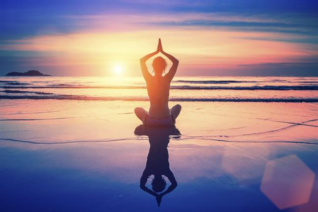 """Esasında elimize geçen ve meditasyon diye tabir ettiğimiz imgelemeye dayalı çalışmalar tam olarak meditasyonun özü değildir. Bunlar temel meditasyonu uyguladıktan sonra uygulanabilen imgeleme çalışmalarıdır. Meditasyon, Latince meditatio kelimesinden türetilmiş bir kelimedir ve bu bir şeyi gözden geçirme, üzerinde düşünme gibi anlamlara gelir. Yani esasında meditasyon dediğimiz şey derin düşünmedir (ki esasında bu """"zihnen düşünmemedir"""") ve tasavvufi terimlerde bu tefekkür olarak geçer. Yani hiçbir şey düşünmeksizin gerçekleşen derin düşünmedir. Bu biraz kafanızı karıştırabilir, nasıl oluyor da düşünmeden bir şeyleri düşünüyoruz diyebilirsiniz. İşte asıl değinmemiz gereken noktada bu."""