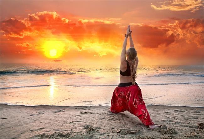 Meditasyon kaç dakika sürmeli ve ne zaman yapılmalı?  Tavsiye olarak genelde 20 – 30 dakika sürer meditasyonlar. Kendinizi geliştirdikçe bu 40 dakika hatta bir saate kadar çıkabilir. Günlerce meditasyon yapabilen keşişler ve ruhani kişiler vardır. Veya günlerce tefekküre yani derin meditasyona dalan ermiş kişileri biliriz. Haliyle zaman sınırlamasından bahsedemeyiz ama ideal bir meditasyon 20 – 30 dakika arasındadır.  Şunu belirmekte fayda var, başlangıçta 20 dakika yapmanız oldukça zor. Saat kursanız dahi bu kadar sürdüremeyebilirsiniz. Kendinizi zorlamayın. Düzenli meditasyon yaptıkça başta 5 dakika, sonra 10 dakika, sonra 15 ve en nihayetinde 20 dakikaya ulaşacaksınızdır. Meditasyon bir anda yapılmaz, zamanla tedrici olarak geliştirilir, bunu unutmayın. O yüzden kısa sürerse şevkiniz kaçmasın.  Ben büyük bir heyecanla ilk meditasyonuma oturduğumda, saatler geçmiş gibi gelmişti ve gözlerimi açtığımda daha ancak 5 dakika olduğunu fark ettim. Sadece bu da değil, ayaklarım uyuşmuştu bir beş dakika da yerimden kalkamamıştım. Yani pekte huzuru ilk seferinde yakalayamamıştım, verimli olmamıştı. Lakin sonra yaptıkça tabi tüm bu sorunlar geride kaldı. Hatta zaman zaman 1 saati bulan meditasyonlarınızda, sanki bir saniye geçmiş kadar kısa sürdüğü hissiyatına bile kapıldığınız oluyor.  O yüzden lütfen ilk seferlerinde uzun süre yapamazsanız şevkinizi kırmayın, başaramıyorum demeyin, bir çoğumuz 5 dakika ancak zar zor meditatif konumda kalabiliyor başlangıçta. Zamanla bu dediğim gibi daha üst zaman sınırlarına çıkıyor.  Bir anda meditasyon gerçekleşmiyor, sürekli yaparak meditasyon yapmayı öğreniyorsunuz ve bu da bir öğrenim lütfen unutmayın. Süreklilik çok ama çok önemli. Her gün düzenli meditasyon yapılması önemli.