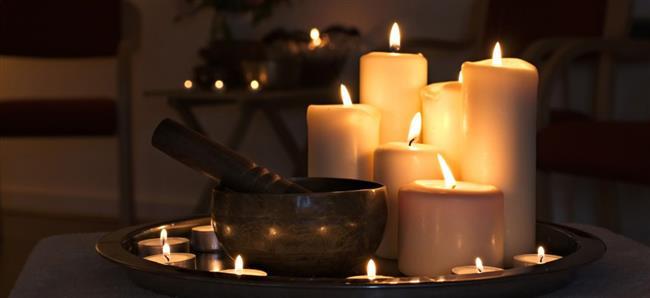 Meditasyon öncesi yeşil çay içmenizi tavsiye ederim.  Yeşil çay hem huzur vermekte hem konsantrasyonu arttırmakta hem de uykuyu engellemektedir, böylelikle meditasyonu oldukça kolaylaştırmaktadır. Budistler bütün bunları sağlamak için muhakkak çalışma öncesi yeşil çay içerler.  Müzik dinleyebilirsiniz. Ama müziğin hareketli değil dingin ve bilhassa başlangıç seviyesinde iseniz muhakkak sözsüz olması çok önemli. İsterseniz doğa sesleri kullanabilirsiniz. Ben işitsel bir insan olmadığım için müzik tercih etmemekteyim. Bu tamamen size kalmış.  Odanın ortamı oldukça önemlidir; ılık, rahat ve ne çok ışıklı ne de çok karanlık olmalı. Dikkatinizi dağıtacak unsurlardan arınık olmalıdır.  Diyaframdan nefes almak meditasyonlarda oldukça önemlidir. Doğru nefes doğru meditasyon demektir. Ritmik ve doğru şekilde diyaframdan nefes alınmalıdır.