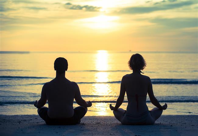 3 – Bir Nesneye Odaklanmak Ve Doğa Meditasyonları  Diğerlerine nazaran bu da az kullanılan bir yöntemdir. Gözleri kapalı bir şekilde yapmak başlangıçta diğer tüm dikkat dağıtan unsurları elemine ettiği için diğer ikisi daha çok tavsiye edilir. Ama yine de bunlar da kullanılagelmiştir. Bilhassa antik zamanlarda paganlar ve şamanlar doğa vasıtasıyla meditasyonlar yapıyorlardı.  Bu aşamada odaklanacağınız bir nesneye veya doğa unsuruna ihtiyaç vardır; Bu bir mum, deniz, göl, ağaç, rüzgarlı bir tepede rüzgarın esişi, dağın tepesinde iseniz derin manzara veya uzanır vaziyette gökyüzsü olabilir.  1 – Aynı adımları takip edin ve rahat pozisyonda bu nesneyi veya doğal unsuru izlemeye başlayın.  2 – Önce onun yapısını gözden geçirin. Deniz ise rengini, akışını, hareketlerini, inen çıkan dalgalarını, coşkunluğunu… Mum ise, ateşin yanışını, alevin hareketlerini vs…  3 – O nesne veya doğal unsurun doğasını izledikten sonra sadece o nesneye odaklanın, sadece o nesneyi izleyin. Sadece gözlemci olun, kişisel hiçbir şey olmasın sadece ama sadece o nesneyi gözlemleyin, o nesneyle bir olun.  4 – Eğer düşünceniz başka bir konuya kayarsa yine serbest bırakın. Ve tekrar odaklanmaya devam edin.  5 – Belli bir süre sonra zihninizdeki tüm düşünceler susacak, nesnenin ötesine geçecek ve bahsettiğimiz meditatif konuma geçeceksiniz. Bu noktada gözlerinizi kapatın ve kendinizi bu huzura bırakın.  6 – Zaman dolunca gözlerinizi açın ve bedensel hareketlerle vücudunuzu rahatlatın.