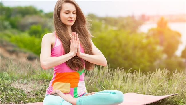 Meditasyon: Zihni Boşaltma  Meditasyonun temeli dediğimiz gibi zihni boşaltmak ve arındırmaktır. Çünkü arınık bir zihin ancak nihai huzura ve farkındalığa ulaşabilir. Meditasyon sırasında oluşacak arınıklık ve huzur tüm dünyevi streslen sizi kurtaracak, bunun ötesinde küçük aydınlanmalar ve hayat içinde daha derin farkındalıklar katacaktır.  Meditasyon için çeşitli yöntemler geliştirilmiştir. Bu yöntemlerin hepsinin tek amacı vardır; zihni boşaltmak. Zihni boşaltmaya yönelik bir çok farklı teknik olmasına rağmen ben burada genel kabul görmüş, temel tekniklere değinmek istiyorum. En çok tercih edilen birinci ve ikinci tekniklerdir.  1 – Zihni serbest bırakma Yöntemi  2 – Nefes konsantre olmak  3 – Bir nesneye odaklanma ve Doğa Meditasyonları  4 – Mandala Kullanma  5 – Mantra Kullanma