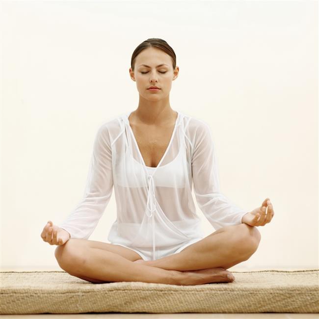 """El Pozisyonu  meditasyonMeditasyon sırasında eller salınık ve rahat olabilir. Ama genellikle Dhyana Mudra (meditasyon mudrası) kullanır, bu mudraya bol bol Buda'nın meditatif konumdaki heykellerinde rast gelebilirsiniz. [Mudra; parmak yogasıdır. Çeşitli el jestlerini içerir. Parmakları farklı şekilde temas ettirmek bedende farklı enerji akımlarını tetikler felsefesine dayanır.] Dhyana mudra, temel meditasyon mudrasıdır ve eller ve kollar kapalı bir şekilde enerji çemberi oluşmasını sağlar. Gertrud Hirschi'nin Mudralarla Şifa kitabında Şöyle tanımlanır;  """"Çanak şekli verilmiş olan eller, insanın içsel olarak huzur içinde, arı ve spiritüel yolda ihtiyaç duyacağı şeyleri alabilmek için içini boş tutmakta olduğunu temsil eder."""""""