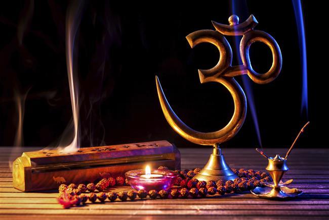 """5 – Mantra ile meditasyon  Bu yöntemde kullanışlıdır çünkü bir mantrayı veya zikiri sürekli tekrarlarken belli bir süre sonra zihin susar ve yine o meditatif konuma geçilir. Bilhassa tasavvufta mevcuttur bu yöntem. Burada zikir ve mantraların iki önemli kullanım noktası vardır;  1 – Enerjisel amaçlı  2 – Zihni boşaltmak amaçlı  Enerjisel amaçlı mantralar ve zikirlerin amacı meditatif konumdan çok, o mantranın ve zikirin enerjisel titreşimden faydalanmak ve gerekli ruhsal tesirleri üzerimize çekmektir. Meditasyon yapacaksanız lütfen başlangıçta enerjisel amaçlı mantralar veya zikirler seçmeyin.  Eğer Sanskritçe ise """"Om"""" veya """"om mani padme hum"""" iyidir. İslami zikir çekecekseniz """"Ya Allah"""" yeterli bir zikirdir. Yani zihni boşaltmak amacıyla oldukça temel ve basit kelimeler kullanılmalı. Bir başka yöntem ise mantra uydurmadır. Sırf meditasyonda kullanmak üzere kafanızdan bir sözcük uydurabilir ve o sözcüğü zikredebilirsiniz.  Seçtiğiniz mantrayı sürekli zikrederek belli bir süre sonra aynı diğer yöntemlerde olduğu gibi zihni boşaltmayı sağlayacaksınız. Meditatif konuma geçtiğinizde zikri ve mantrayı bırakın, salt o meditatif konuma geçin. Yine gözlemci olun.  Mantra uydurmaya benzer bir diğer yöntem bilmediğiniz bir dilde konuşmaya çalışmaktır. Burada amaç zihni yanıltmaktır. Bilmediğiniz bir dilde hatta uydurma bir dilde sürekli konuştuğunuzda zihin ve bilinçaltı bunu algılayamaz ve bu noktada yine o meditatif konumu yakalayabilirsiniz."""