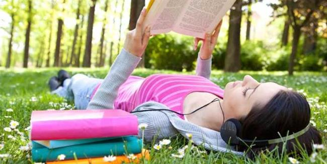 Günün belirli saatlerini dil çalışmaya ayırın. Çok yoğun olduğunuz günlerde bile mutlaka yabancı dilde yazılmış birkaç satır okumaya veya kısa da olsa bir şeyler dinlemeye çalışın.