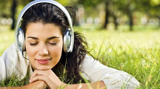 Yabancı müzik CD'leri, kasetleri dinleyin. Melodi eşliğinde ve nakaratlarla tekrarlanan sözcükler daha kolay akılda kalır. Böylece kelime hazineniz ve dinleme yeteneğiniz gelişmiş olur.
