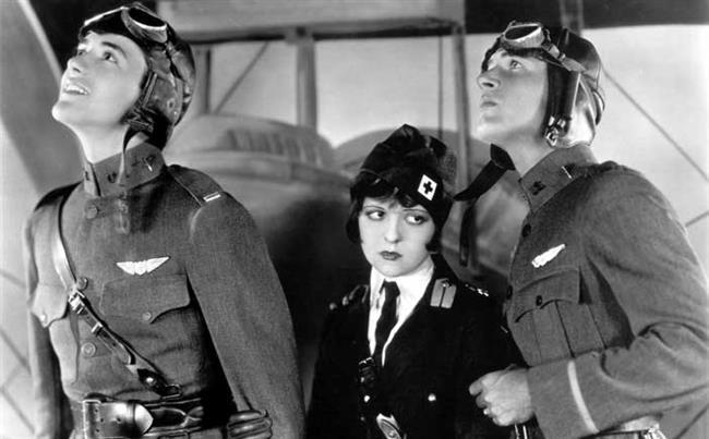 """Beyazperdede ilk hemcins öpücüğü  1927 tarihli """"Wings"""" aynı cinsten iki insanın birbirini öptüğü ilk film olarak tarihe geçmiş. Savaş sırasında siperde öpüşen iki erkek askerin ekrana taşınması tepkilere yol açmamış. Çünkü savaş sırasında askerlerin siperlerde bazen öpüştüğü biliniyormuş. Andy Warhol'un 1963 tarihli """"Kiss"""" filminde de ilk lezbiyen öpücük yedinci sanatta kendine yer bulmuş."""