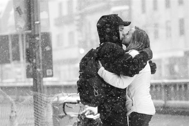 """Öpüşmenin sağlığa faydaları  Çalışmalar gösteriyor ki öpüşmek zevk verdiği kadar aslında sağlığa da faydalı. Mesela kişiye özel bakterileri öpüşme aracılığıyla değiş tokuş yaparken bağışıklık sistemimizi güçlendiriyoruz. Öpücük sırasında normale göre fazla salgılanan salya da dişlerimizi daha parlak ve temiz tutuyor.  Öpüşme sırasında hissedilen o meşhur """"karındaki kelebeklenmeler"""" aslında kalbin hızla çarpışı ve bu sayede genleşen damarların kan basıncını düşürmesinden ötürü yaşanıyor. Öpüşürken 29 farklı yüz kası çalışıyor ve dolaylı olarak kırışıklığı önlüyor. 1 saatlik öpüşme size yaklaşık 1560 kaloriye mal olacağından günlük sporunuzu da es geçebiliyorsunuz. Tabii öpüştüğünüz kişide uçuk varsa ya da kişi gripse işler biraz değişir. Bilim adamları hastalık kapmanın çok düşük bir olasılık olduğunu söylerken, öpüşmenin faydalarının olası zararından çok daha fazla olduğunu vurguluyor."""
