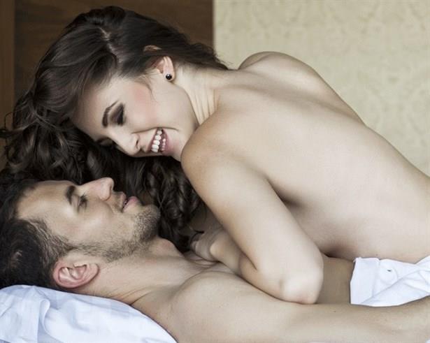 Diğer Bölgeler  Bazı kimselerin bedeninde, yukarda belitilenlerin yanı sıra gelişmiş bir takım cinsel uyarı bölgeleri mevcuttur. Bunlar çoğunlukla , gözler, kulaklar, ense, boyun, koltuk altlan, göbek, karın, bel, sırt, kasıklar, göğsün iki yanı ve bunların çevresindeki bölgelerdir. Saçların ve kimi bölgelerdeki kılların hafif hafif okşanması da bazı hallerde cinsel duyguları uyandırabilir.