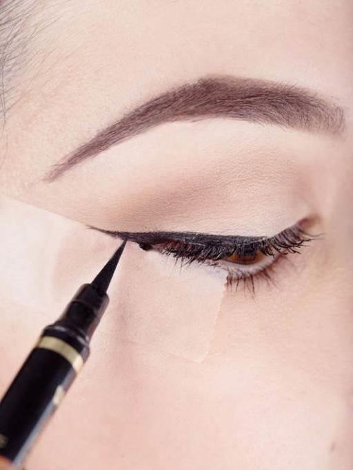 Kuruyan göz kalemini tek bir hareketle geri kazanın  Eğer göz kaleminiz en lazım olduğu anda kuruduysa endişelenmeyin. Fırçalı kalemin ucunu çıkartıp, ters olarak takın. Yeni taktığınız ucu, tıpkı eski uç gibi rahatlıkla kullanabilirsiniz.