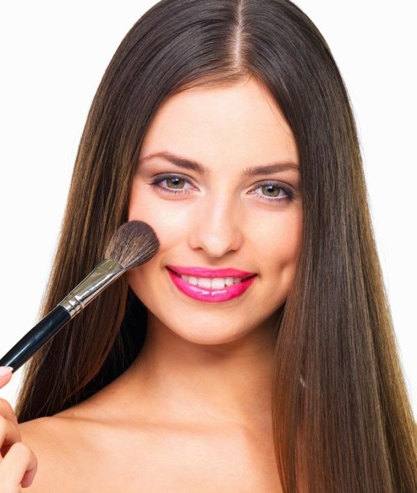 Gamzeli bir yüz için yapılan makyajda öncelikle yanak bölgesine ağırlık vermek gerekiyor.