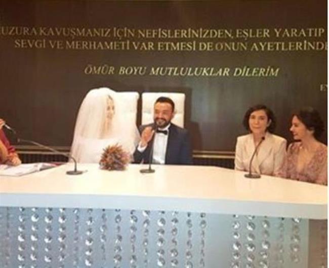 Çift, Eyüp Belediyesi nikah salonunda kıyılan nikahla dünya evine girdi.