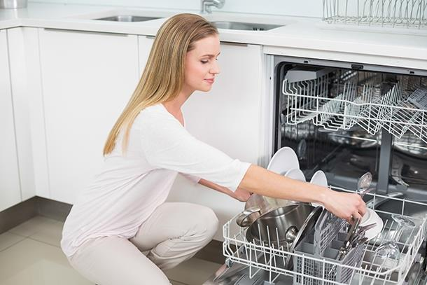 Bulaşık makinesini dizleri kırmadan boşaltmak    Bulaşık makinesini boşaltmak için devamlı olarak eğilip kalkmak gerekiyor. Ancak dikkatli olun, dizlerinizi kırmadan dizden aşağıya eğildiğiniz zaman bel kaslarınıza yük biniyor. Bunun sonucunda da bel fıtığı gibi olumsuz sonuçlar gelişebiliyor.   Doğrusu: Eğilirken belinize yüklenmek yerine dizlerinizi kırarsanız omuriliğe yük oluşmasını engeller ve belinizin ağırlığını azaltmış olursunuz.