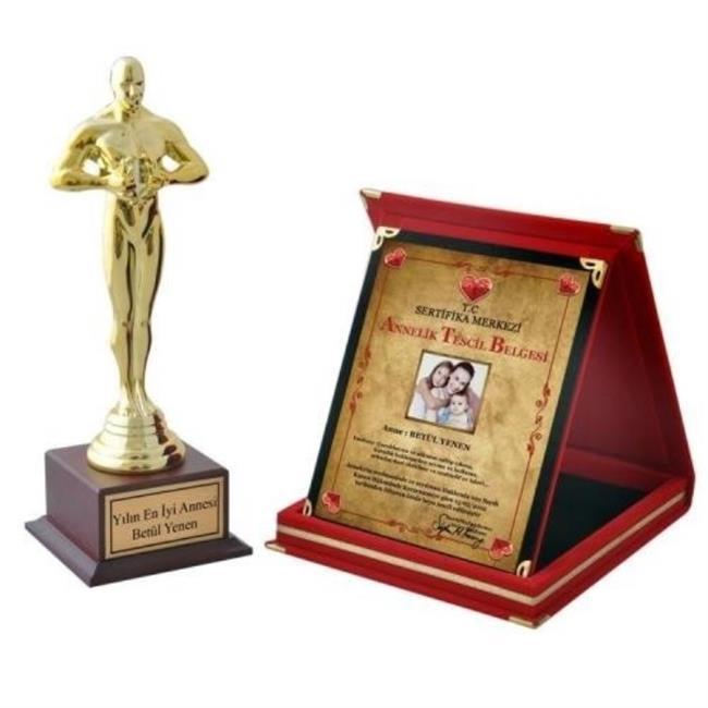 Oscar ödüllerinde erkek egemenliğine son! Oskar ödülü başarının sembolüdür.Yani bir bakıma bir başarıyı bir kişiyi taçlandırmak anlamına da gelebilir. Kişiye Özel Yazılı Büyük Boy – Bayan Oscar Ödülü ile size sonsuz fedakarlık yapan her şeyiyle mükemmel olan annenizi sizde bu şekilde taşlandırıp ödüllendirebilirsiniz.