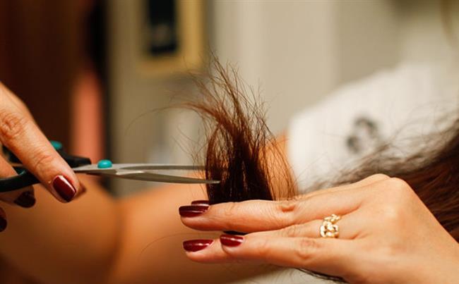 Kırık Saç Uçları  Kırılmış saç uçları her kadının şikayetçi olduğu bir konudur. Saç maskeleri, sık sık saç kestirmek başvurulan yöntemler olsa da bazen yeterli olmayabiliyor. Kırılmış saç uçlarınızdan kurtulmak istiyorsanız dudak balsamı kullanabilirsiniz. Sürekli yanınızda çantanızda bulundurduğunuz dudak balsamını, parmak uçlarınıza sürüp saç uçlarınızı ovalayın. Çatallaşmış saç uçlarınızın zamanla düzeldiğini göreceksiniz.