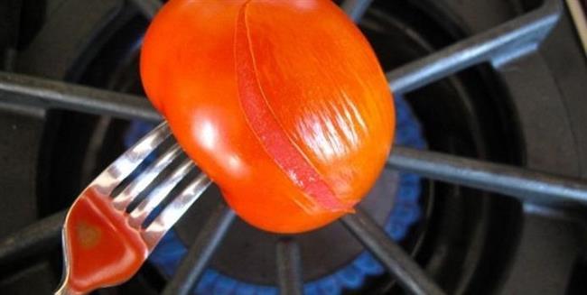 Ocakta ısıtma yöntemi     Bu yöntem herhangi bir beceri gerektirmiyor. Domatesi iki çatalın ucuna geçirin. Ocaktaki ateşin üzerine hafifçe tutun. Bu sırada domatesin her yerinin aynı ısıyı alması için çevirin. Domatesin kabuğu hafifçe buruşmaya başladığında ateşten alın.