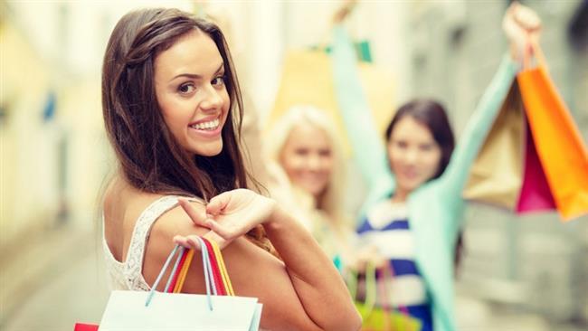 """OĞLAK  """"Ne gerek var?""""  Boş yere alışveriş yapmaktan hoşlanmazlar. Alışverişe çıkmadan önce gerekli olanların listesini yaparlar ve sistematik bir şekilde davranırlar. Zaman onlar için değerlidir, aynı şekilde para da… Hele ki bir Oğlak burcuyla alışverişe çıkıp ona fikir danışırsanız yandınız. """"çok mu ihtiyacın var sanki, bence gerek yok"""" diyerek konuyu kapatma özelliği ile sizi alışverişten soğutabilir.  Şaka bir yana, onlar bütçe konusunda hassastırlar ve lüks olana pek de yönelmezler. Tabii ki kalite önemlidir, fakat en pahalısı değil… Oğlak burçları için kullanım kolaylığı olan ürünler ön plandadır. Sistematik bir şekilde mağazalara girip, hızlıca alacağına alan ve etrafına baygın baygın değil de ciddi bir şekilde bakan birini görürseniz bilin Oğlak burcudur."""