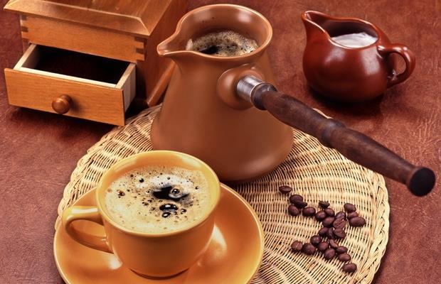 Çoğu insan güne uyku açma özelliği ile bilinen kahve ile başlar. Ancak bazı durumlarda kahve tüketimine dikkat etmek gerekir.   Peki diyet esnasında kahve nasıl tüketilmeli?