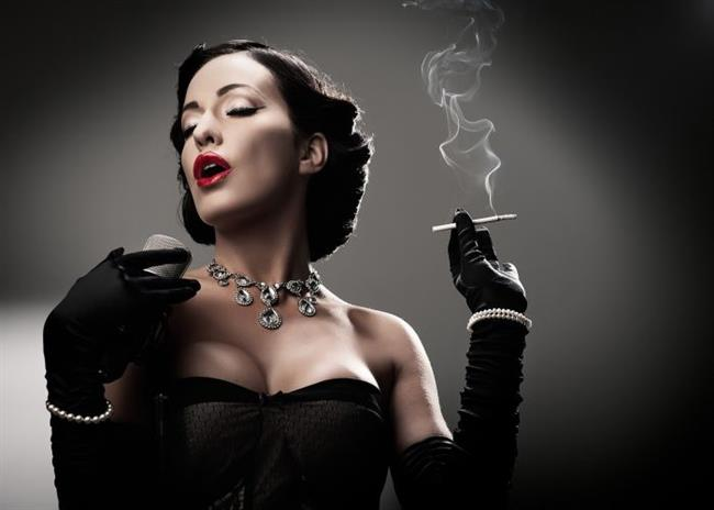 Sigara memelerin sarkmasına yol açıyor  Sigara elastin denilen proteinin düşmanı. Meme derisindeki elastin ise gerginlikte ve doğal elastik formda etkili. Yani sigara göğüsler için de büyük bir tehlike...