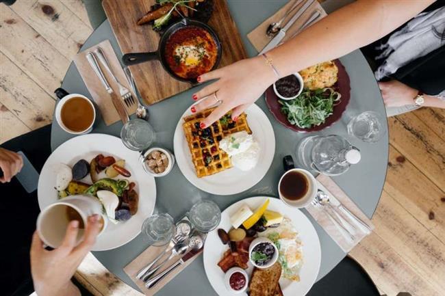 Yerde oturarak yemek yemek sindirim sisteminiz için çok faydalı bir yeme şeklidir. Yemeğe uzanmak için ileri geri eğilip doğrulmak karın kaslarının mide özsıvısı salgılamasına yardımcı olmasını sağlıyor.