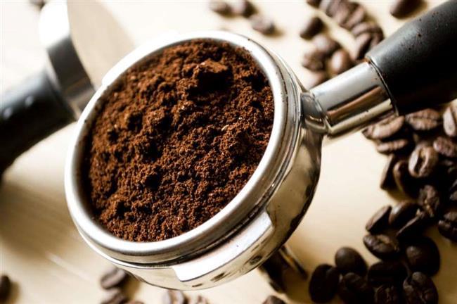 Kahve, toprağımsı dokusu sayesinde peeling olarak da kullanılabilir. Ölü derilerden arınmak ve selülitten kurtulmak için kahve telvesi veya minik çekilmiş kahve çekirdekleri ile derinize masaj yapabilirsiniz. Selülit gidermek için kullanacağınız kahve telvesine bir miktar hindistan cevizi yağı ekleyebilirsiniz. Bu karışımı cildinize dairesel hareketlerle uygulamalısınız. Ölü derilerden arınmak için de benzer bir yöntem izleyebilirsiniz. Bunun için kahve telvesi ve çekirdeklerini, bir yemek kaşığı zeytinyağı ile karıştırıp, birkaç dakika hafif bir şekilde cilde yedirmek yeterlidir. Bu işlemin hemen ardından maskeyi uyguladığınız bölgeyi güzelce yıkamayı unutmamalısınız.