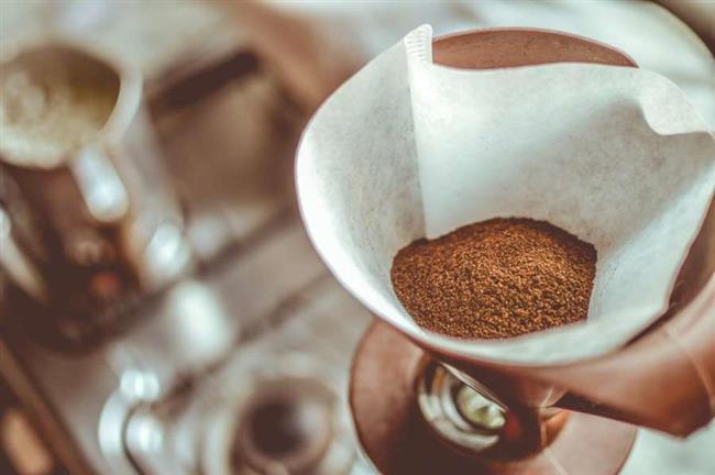 Kahvenin kötü kokuları geçirdiğinden yukarda bahsetmiştik. Bununla birlikte kahve çekirdekleri ve telvesi, güçlü aroması sayesinde, odanıza hoş bir koku verip, havasını ferahlatmaya yardımcı olabilir. Bunun için, bir poşetin veya delikli bir bezin içine kahve telvesi veya çekirdeklerini koyup, bu karışımı havasını değiştirmek istediğiniz odaya bırakmanız yeterlidir. Ayrıca kahveye, aromatik yağlar veya meyve kabuğu rendeleri de ekleyip, güzel ve doğal kokular elde edebilirsiniz.