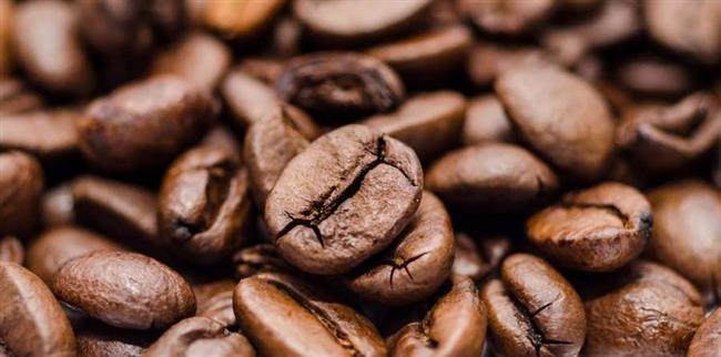 Kahvenin en ilginç kullanım alanlarından biri de toz giderici etkisinden yararlanmaktır. Bacalar gibi bol toz ve küf çeken yüzeylerde, 'kuru' kahve kullanılabilir. Kahveni kuru olması burada çok önemlidir, çünkü nemli kahve, daha fazla küflenmeye ve tozlanmaya neden olur. Bunun için tozlu ve küflü bölgelerin üzerine döktüğünüz kahve çekirdekleri, bu bölgelerin kolayca temizlenmesine yardımcı olacaktır.