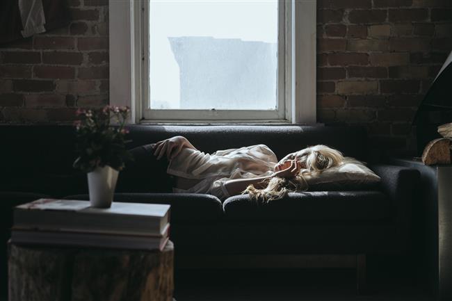 UYKU KURALLARI  * Kendinize düzenli bir uyku programı hazırlayın. Her gün aynı saatte uyuyup aynı saatte uyanmaya çalışın. Ortalama yedi saat uyumalısınız. Yapılan çalışmalar, kilo vermeye çalışan insanların 6-8 saat uyumaları gerektiğini gösteriyor. * Uyumadan üç saat öncesine kadar alkol almayın, uykunuzu kaçırabilir. Bu özellikle de kadınlar için geçerli. Michigan Üniversitesi tarafından yapılan araştırmada, akşam alkol alan kadınların alkol alan erkeklere nazaran daha sık uykularının bölündüğü ortaya çıkmış.
