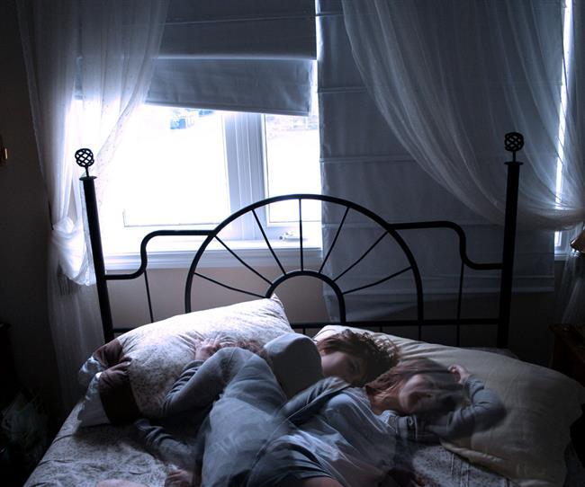 """UYUYAMIYOR MUSUNUZ?  Eğer uyku konusunda sorun yaşıyor ve kendinizi 'insomniac' (uykusuzluk hastalığı) olarak görüyorsanız, belki de yapmanız gereken uyku konusuna bu kadar takılmamak!  Uyku uzmanı Dr. Guy Meadows; """"İyi uyuyan ve uyku konusunda sorun yaşamayan birine bunun için ne yaptığını sorduğumuzda, 'hiçbir şey' yanıtı alıyoruz. Fakat uyuyamayanların bir sürü taktiği var"""" diyor.  Guy, uykuyu kontrol altına almaya çalışmanın insomnia'ya neden olan korkuları ve endişeleri tetiklediğine ve sizi daha fazla ayakta tuttuğuna inanıyor.  Eğer gecenin bir yarısı uykunuz kaçarsa, """"Olamaz, uykum kaçtı"""" demek ve buna inanmak yerine, diğer yanınıza dönün ve bu duruma takılmayın!"""