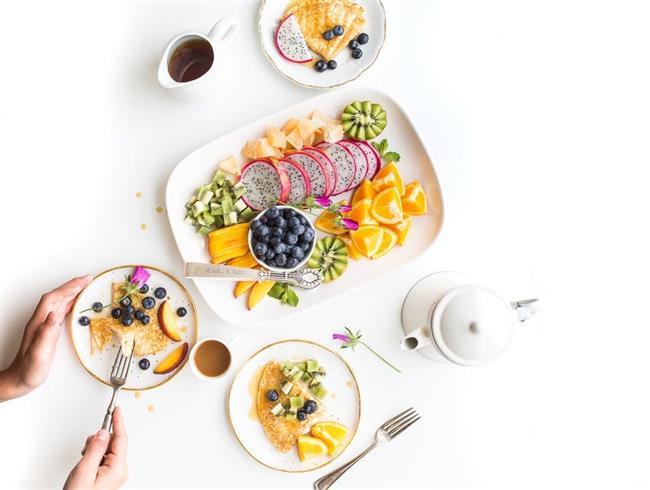 DİYET PLANINIZ:  Enerji veren kahvaltılıklar  1) İki yumurta; haşlanmış ya da omlet olabilir. Bir dilim tahıllı ekmek ve domates ile birlikte yiyin. 2) İki dilim yulaflı ekmeğin üzerine az yağlı bir dilim peynir koyun. Yanında da bir şeftali ve armut ya da elma yiyebilirsiniz. 3) 125 gr. az yağlı vanilyalı yoğurt, biraz süt ve bir de muz ile yapılmış smoothie hazırlayın. Yanında da 15 gr. badem yiyebilirsiniz.