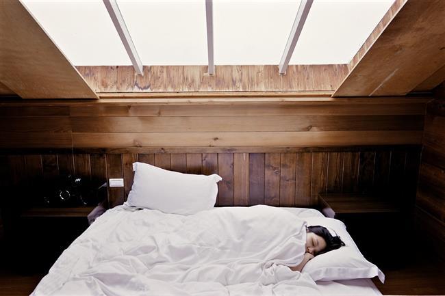 Uyku bozuklukları konusunda uzman olan Dr. Michael Breus, daha çok uyuyarak daha çok kilo verilebileceği tezini öne sürdü. Breus, yapılan araştırmaların obez insanların normal kilodaki insanlara göre daha az uyuduğunu gösterdiğini söylüyor.  Eğer altı saatten az uyursanız, iştahınız ve şeker ihtiyacınız sabah kalktığınızda artıyor. Ayrıca, erken uyumayan ve yorgun olan insanlar, günde 220 kalori daha fazla alıyor. Ve sağlıklı yiyeceklerle, şekerli atıştırmalıklar arasında, genellikle tercihlerini şekerli yiyeceklerden yana kullanmaları da kilolara tuz biber ekiyor.