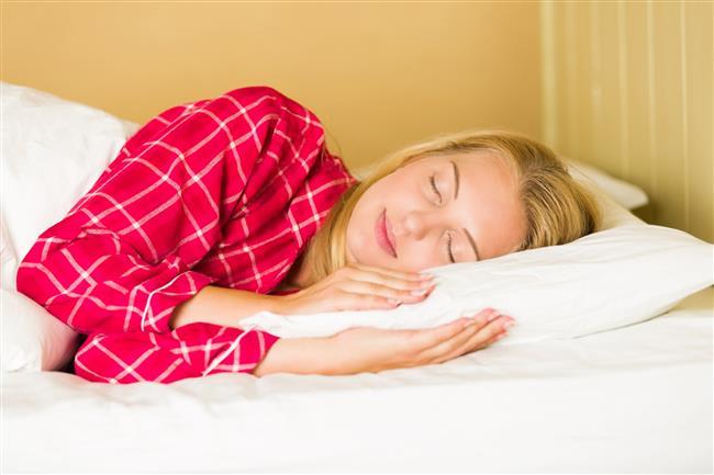 """Az uyku, göbek ve kalçada yağlanmaya sebep oluyor!  Spor eğitmeni James Duigan, konuya farklı bir açıdan yaklaşıyor. Az uykunun neden olduğu kiloların, spesifik yağ blokları oluşturduğunu; özellikle de mide, kalça ve bacaklarda toplandığı söylüyor. Öyleyse, ne yapıyoruz? Daha çok uyuyor, daha çok enerji veren yiyecekleri yiyor ve kurallara uyuyoruz.   <a href=  http://mahmure.hurriyet.com.tr/foto/yasam/uyku-hakkinda-bilmeniz-gereken-15-gercek_40893  style=""""color:red; font:bold 11pt arial; text-decoration:none;""""  target=""""_blank"""">  Uyku Hakkında Bilmeniz Gereken 15 Gerçek"""