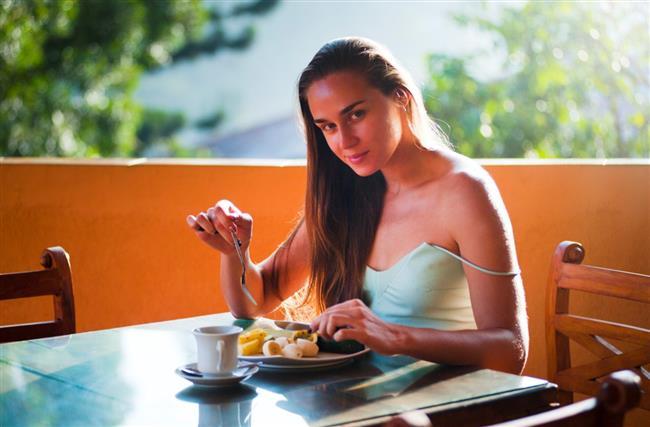2) Üç dilim yulaflı ekmeği 50 gr. az yağlı peynir ile yiyin. Yanında bir avuç üzüm ve bir elma yeme hakkınız var. 3) Lavaş dürümün üzerine salsa sosu sürün. İçine 75 gr. tavuk, 50 gr. avokado, dilimlenmiş domates, biraz yeşillik ve soğan koyun.