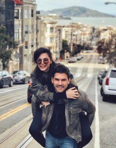 Tolgahan Sayışman - Almeda Abazi   Çiftin nikahı Los Angeles ,Beverly Hills'deki bir otelin teras katında gerçekleşti.