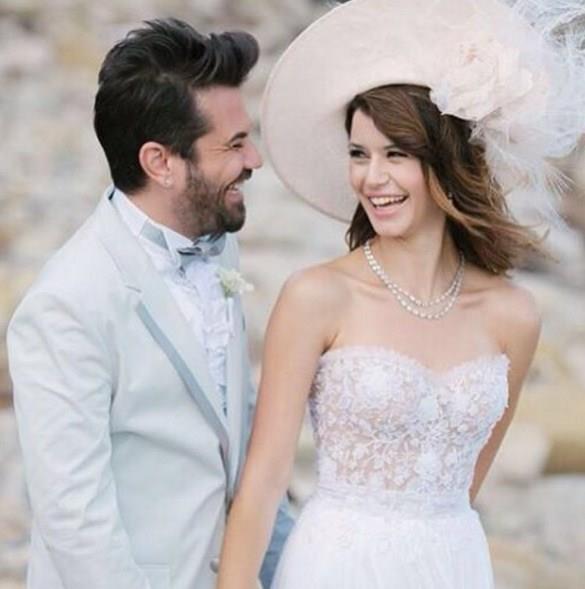 Beren Saat ve Kenan Doğulu  Yaklaşık 2.5 yıl birlikteliğin Beren Saat ve Kenan Doğulu çifti Los Angeles'ta mutlu sona ulaştı.