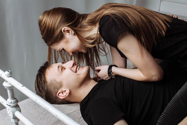 """4. Cinsel Fantezi Ayıp Değil, Yararlıdır...    """"Uzun süreli ilişkilerde cinsel yaşam zamanla monotonlaşma tehlikesiyle karşı karşıya kalır. Bu nedenle tutkulu bir cinsel yaşamda cinsel fanteziler önemli bir yer tutar. Kişinin hayal gücünün ürünü olan cinsel fantezilerin karşılıklı istekle partnerle paylaşılması cinsel hayata renk katabilir..."""""""